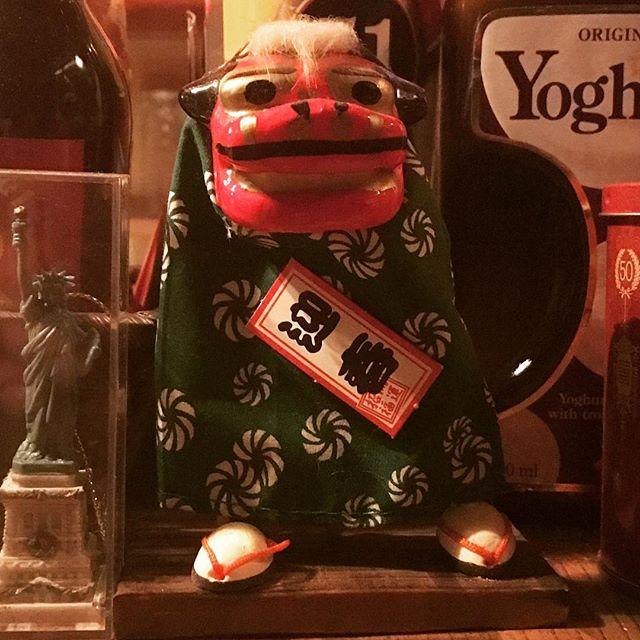 """早いものでもう今年も最終週。移転前から """"いつもと変わらぬ右足重心"""" で年末年始を見守ってくれている彼にご登場いただくとすっかり年の瀬感です。 #bar #酒場"""